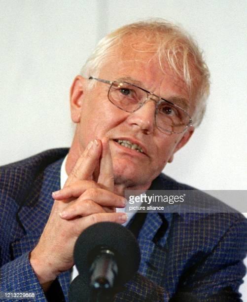Der Leiter der Staatsanwaltschaft Oldenburg Ludwig Juknat teilt am 2171998 auf einer Pressekonferenz in Cloppenburg mit daß die seit zwei Jahren...