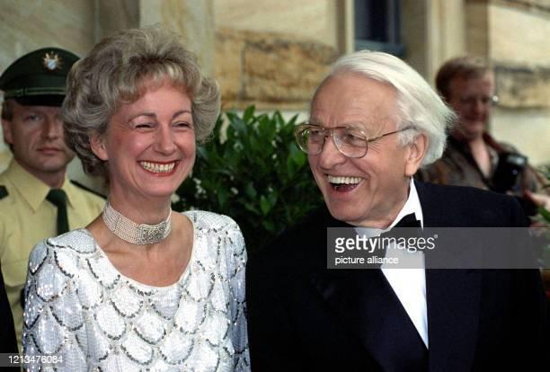 Der Leiter der Wagner-Festspiele in Bayreuth, Wolfgang Wagner, und seine Gattin Gudrun, warten am vor dem Festspielhaus auf die Ankunft der Gäste zur...