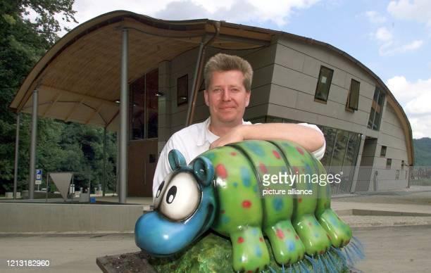 """Der Leiter des Umweltinformationszentrums """"Haus am Strom"""" in niederbayerischen Untergriesbach, Dirk Finnemann, sitzt am 19.7.2000 mit dem Modell..."""