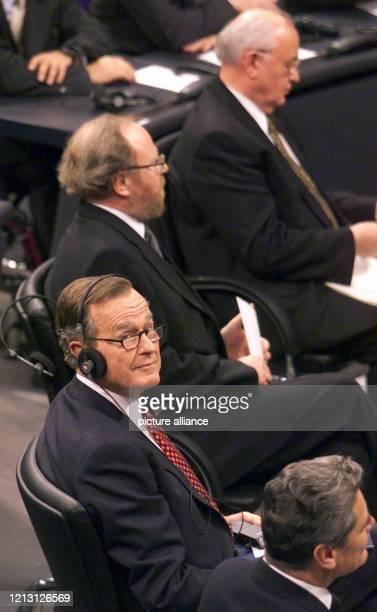 Der letzte Regierungschef der UdSSR, Michail Gorbatschow , Bundestagspräsident Wolfgang Thierse, der ehemalige US-Präsident George Bush und der Chef...
