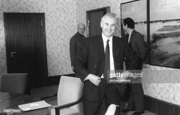 Der letzte SEDMinisterpräsident der DDR Hans Modrow knöpft sich lachend mit Blick zu den Fotografen die Jacke zu bevor er eine Delegation der Grünen...
