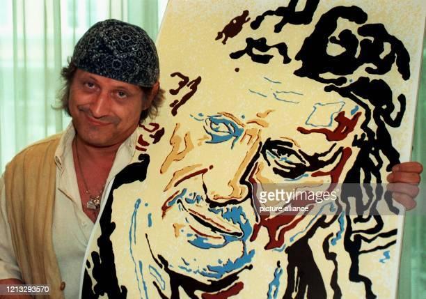 Der Liedermacher Konstantin Wecker präsentiert in einem Münchner Hotel ein Porträt, das der bekannte Maler und Bildhauer Angerer der Jüngere von ihm...