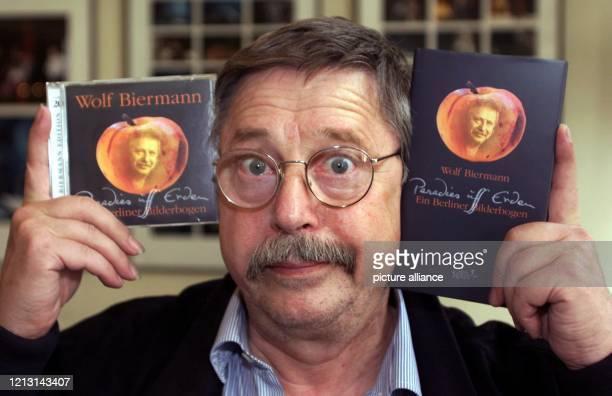 Der Liedermacher Wolf Biermann hält am 24.9.1999 im Thalia Theater seiner Geburtsstadt Hamburg bei seinem Premierenkonzert sein neuestes Werk...