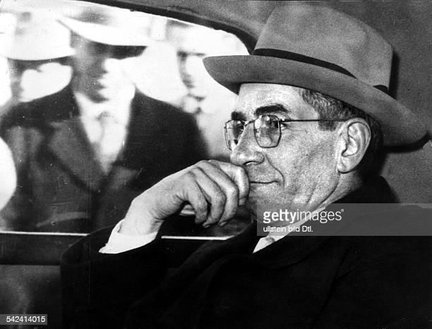 Der Mafioso Lucky Luciano im Auto währendeiner Fahrt durch Neapel 1954