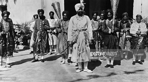 der Maharadscha in Festtracht an derSpitze seines Gefolges1928