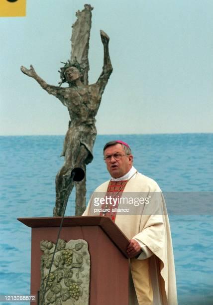 Der Mainzer Bischof Karl Lehmann, Vorsitzender der Deutschen Bischofskonferenz, predigt am 14.6.1998 auf dem Abschlußgottesdienst des 93. Deutschen...