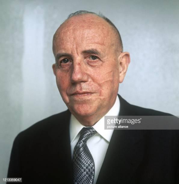 Der Manager und Chemiker Prof. Dr. Karl Winnacker am 13. April 1972. Er war von 1952 bis 1959 Vorstandsvorsitzender der Farbwerke Hoechst AG, sowie...