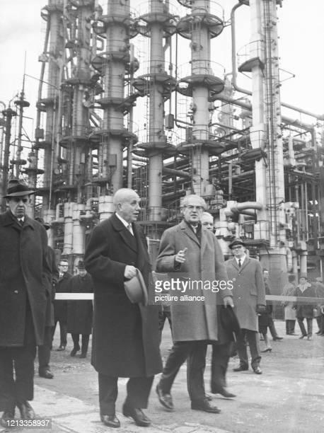 Der Manager und Chemiker Prof. Dr. Karl Winnacker geleitet am 21. Januar 1966 seinen Gast, den hessischen Kultusminister Ernst Schütte , über das...