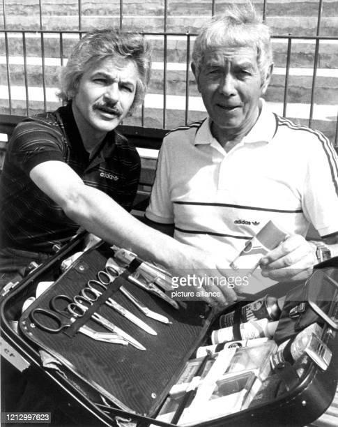 """Der """"Mann mit dem Koffer"""", Masseur Erich Deuser mit seinem Kollegen und potentieller Nachfolger Adolf Katzenmeier während der..."""