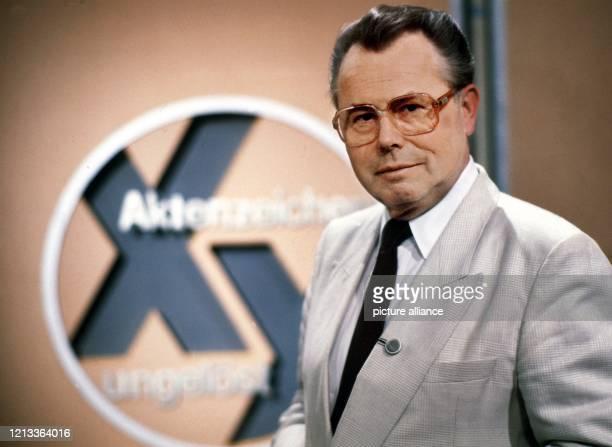 Der Medienjournalist Eduard Zimmermann steht im September 1986 neben dem Logo der von ihm erfundenen, moderierten und produzierten TV-...