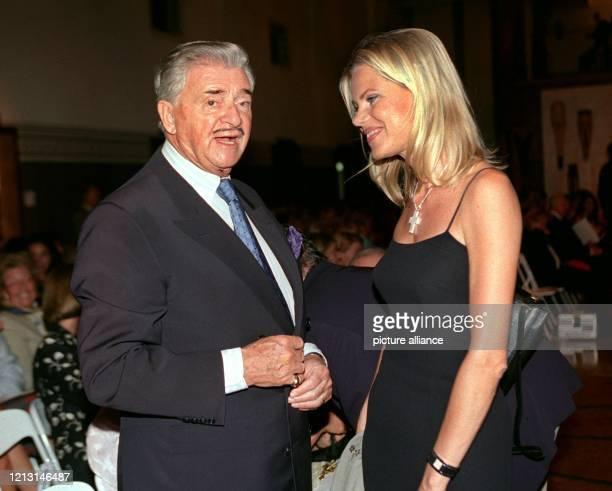 Der Medienmanager, Verleger und Filmproduzent Josef von Ferenczy unterhält sich am Abend des 14.9.1999 mit der Fernseh-Moderatorin Nina Ruge am Rande...