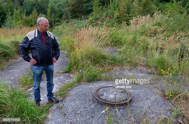 Der Militaerhistoriker Ingo Pfeiffer steht im Areal des BetonUBootes auf dem Marinestuetzpunkt in Sassnitz Die in die Erde eingegrabenen Sektion...