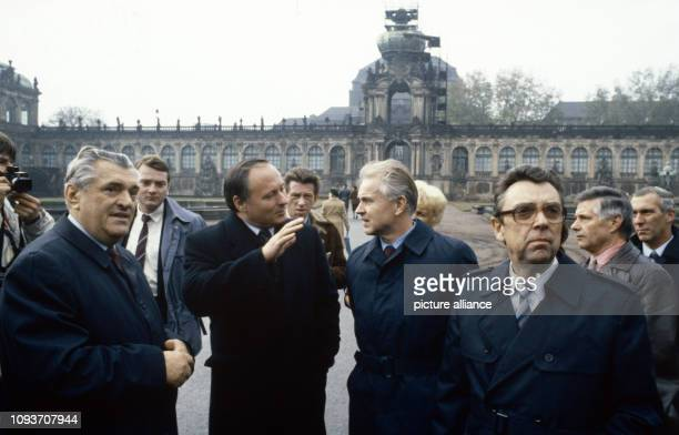 Der Ministerpräsident des Saarlandes Oskar Lafontaine besucht am Dresden Hier nach der Besichtigung des Zwinger im Gespräch mit dem Ersten Sekretär...