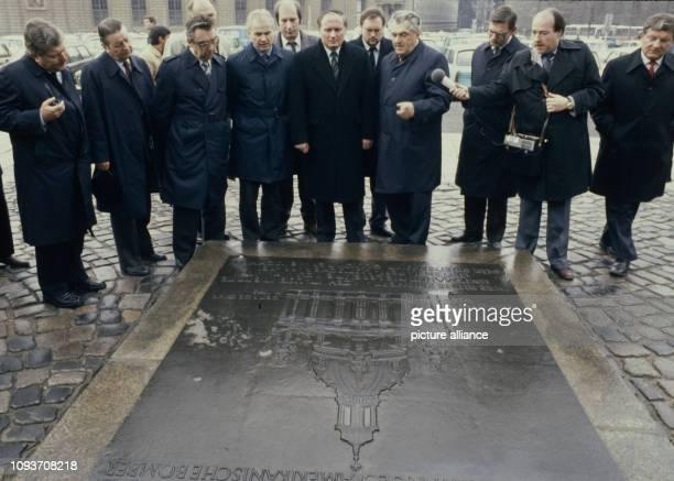Der Ministerpräsident des Saarlandes Oskar Lafontaine besucht am Dresden Hier besichtigt er die Gedenktafel an der im Zweiten Weltkrieg zerstörten...