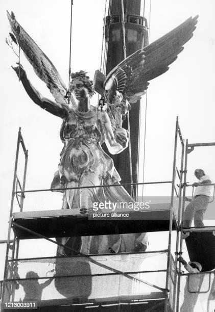 Der Münchener Friedensengel kehrte am Monatg nach zweijähriger Abwesenheit wieder auf seinem Standort am Isarhochufer zurück Die restaurierte...
