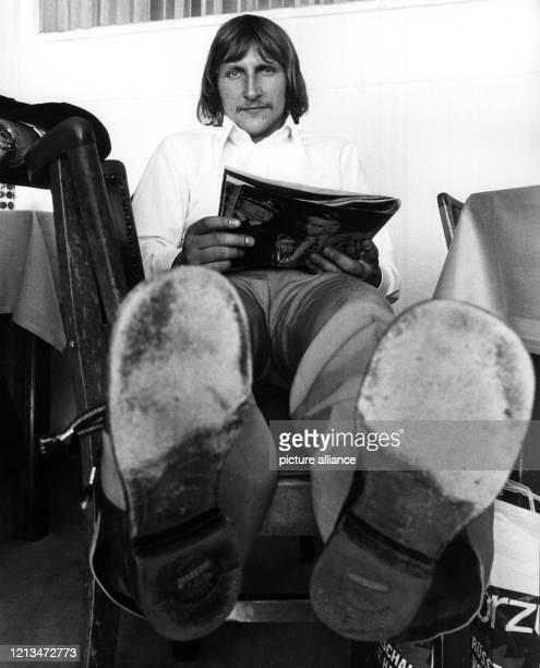 Der Mönchengladbacher Torhüter Wolfgang Kleff nimmt die Beine hoch und entspannt sich. Die deutsche Fußballnationalmannschaft trifft am 29.5.1974 in...
