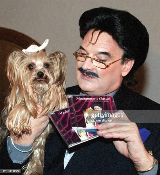 """Der Münchner Modezar Rudolph Moshammer stellt am Abend des 27.1.2000 mit seiner Hundedame """"Daisy"""" im Einsäulensaal der Münchner Residenz seine erste..."""