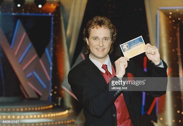 Der Moderator Ingo Dubinski präsentiert in der Kulisse der ARDFernsehshow 'Die goldene 1' das neue Eurolos Aufgenommen 1999