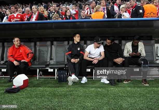 Der momentane Mannschaftsarzt beim FC Bayern Volker Braun schaut auf die verletzten Spieler Franck Ribery Mehdi Benatia David Alaba vor dem Spiel...