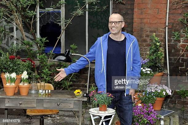 """Der Musiker, Sänger und Moderator Thomas D bekannt als Mitglied der """"Fantastischen Vier"""", posiert mit Blumen in Köln bei einem Fototermin zur..."""
