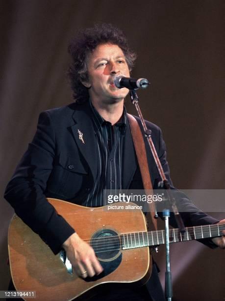 """Der Musiker Wolfgang Niedecken tritt am 31.3.2000 im Mannheimer Rosengarten auf, nachdem er und seine Band BAP zuvor mit dem """"Radio Regenbogen Award""""..."""