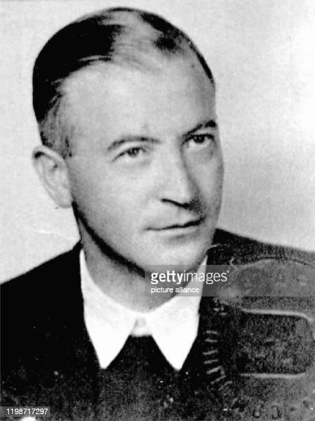 Der mutmaßliche NSVerbrecher Anton Malloth auf einem Passfoto aus dem Jahr 1956 Am 23 April 2001 beginnt vor dem Münchner Schwurgericht der Prozess...