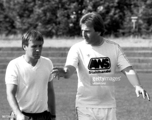 Der neue 35jährige Rostocker HansaTrainer Uwe Reinders spricht mit seinem Assistenten Jürgen Decker früherer Stürmer der Hanseaten am im Training in...
