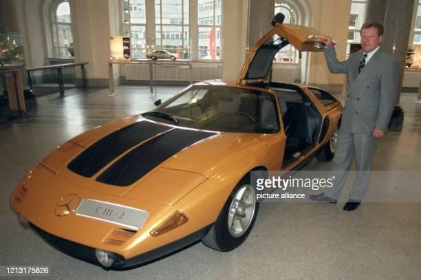 "Der neue Leiter des Bereichs Design bei Daimler-Chrysler, Peter Pfeiffer, präsentiert am 8.5.1999 bei der Ausstellung ""Faszination Mercedes Design""..."