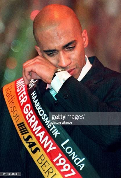 Der neue Mister Germany ist zu Tränen gerührt: Michael Lisius, seines Zeichens Mister Rheinland-Pfalz, wischt sich am 28.1.1997 die Tränen aus dem...