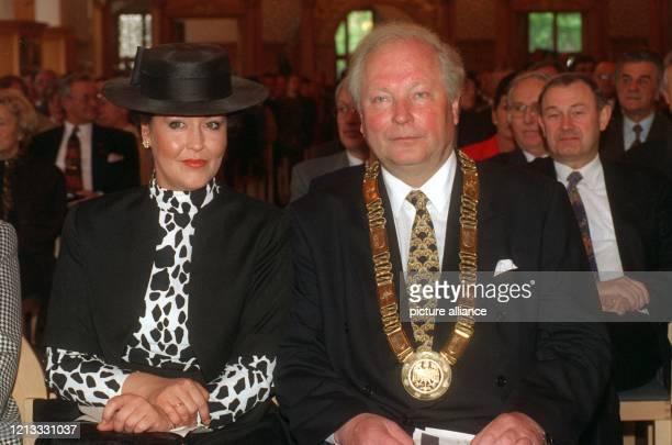Der neue Oberbürgermeister von Nürnberg, Ludwig Scholz , hat auf einem Festakt am 2.5.96 im Rathaus der Stadt die Amtskette erhalten . Der bisherige...