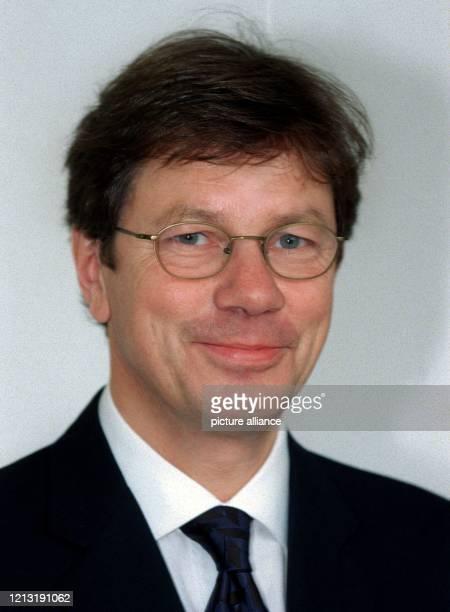 Der neue saarländische Minister für Finanzen und Bundesangelegenheiten und stellvertretende Regierungschef, Peter Jacoby , am 29.9.1999 in...