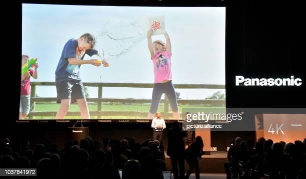 Der neuseeländische Fotograf Ross Grieve, l-r, und Hwa-Youl Kim, Manager Camcorder und DSC Compact bei Panasonic Europe Ltd präsentiert auf der...