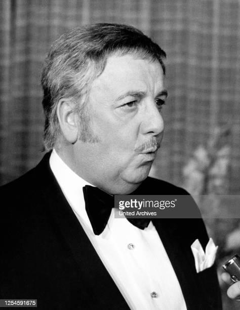 Der niederländisch deutsche Showmaster und Entertainer Lou van Burg, Ende der 1960er Jahre.