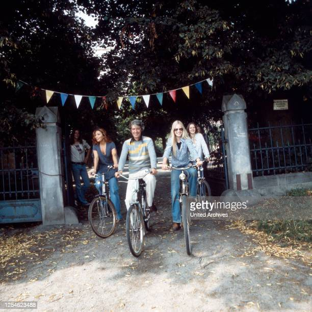 Der niederländische Showmaster Rudi Carrell bei einem Fahrradausflug mit Ehefrau Anke Bobbert , Deutschland 1970er Jahre.