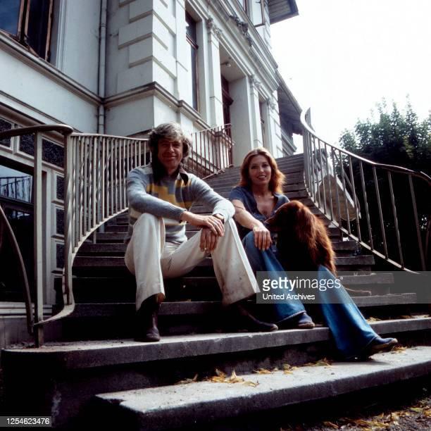 Der niederländische Showmaster Rudi Carrell mit Ehefrau Anke Bobbert und Hund, Deutschland 1970er Jahre.