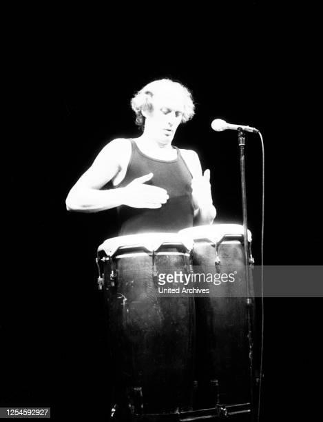 Der niederländische Sänger, Violinist, Schriftsteller, Clown, Liedertexter und Liederkomponist Herman van Veen auf der Bühne, Mitte 1970er Jahre.