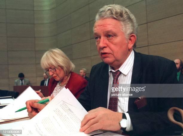 Der niedersächsische Finanzminister Hinrich Swieter ist wegen der Strafanzeige einer 56jährigen Frau zurückgetreten Die Frau habe erklärt Swieter...