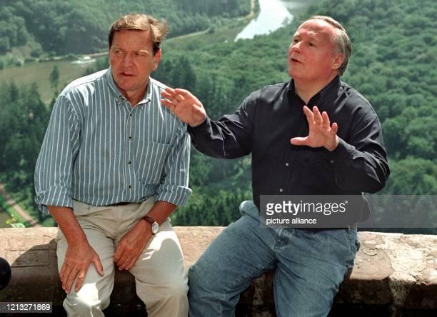 Der niedersächsische Ministerpräsident Gerhard Schröder und der SPDVorsitzende Oskar Lafontaine am 481997 in Mettlach beim Fototermin vor Beginn...