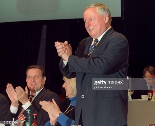 Der niedersächsische Ministerpräsident Gerhard Schröder und die bayerische SPD-Vorsitzende Renate Schmidt klatschen, während sich SPD-Parteichef...