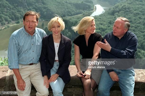 Der niedersächsische Ministerpräsident Gerhard Schröder und seine Freundin Doris Köpf posieren am 481997 gemeinsam mit dem SPDVorsitzenden Oskar...