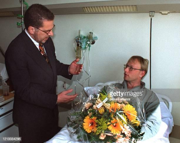Der nordrheinwestfälische Innenminister FranzJosef Kniola spricht am 1241996 im Düsseldorfer MarienHospital mit Christian Reiling der mit viel Glück...