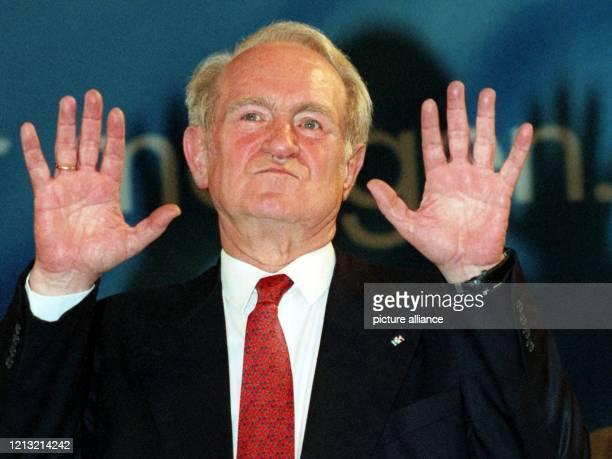 Der nordrheinwestfälische Ministerpräsident Johannes Rau bedankt sich am in der Düsseldorfer Stadthalle für den Beifall der Delegierten nach seiner...