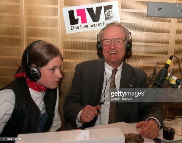 Der nordrheinwestfälische Ministerpräsident Johannes Rau moderiert am 1941996 im WDRRadio Eins Live die Sendung Sonderbar bei der die Hörer bestimmen...