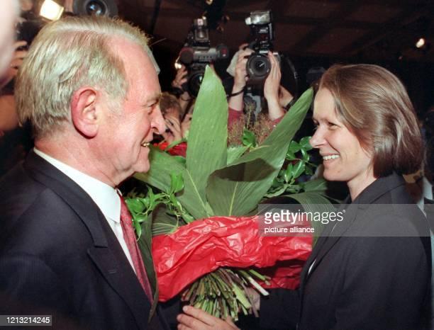 Der nordrheinwestfälische Ministerpräsident Johannes Rau schenkt am in Düsseldorf nach seiner Abschiedsrede auf dem SPDSonderparteitag die ihm...