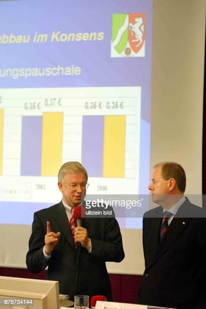 der nordrheinwestfälische Ministerpräsident Peer Steinbrück und der hessische Ministerpräsident Roland Koch stellen in Berlin ihr gemeinsames Konzept...