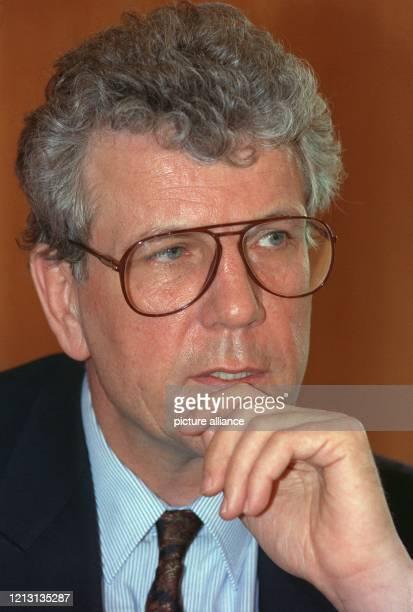 Der Oberbürgermeister von Frankfurt am Main, Volker Hauff , äußert sich am 20.3.1991 in einer Pressekonferenz zu seinem Rücktritt. Der studierte...