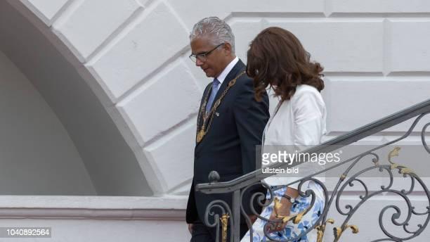 Der Oberbuergermeister der Stadt Bonn Herr Ashok Sridharan und seine Ehefrau Petra Sridharan bereiten sich auf dem Empfang und Antrittsbesuch des...