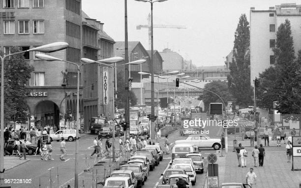 Der Ostberliner Teil der Friedrichstrasse in der Wendezeit Blick von der Kreuzung Unter den Linden Richtung Bahnhof Friedrichstrasse aufgenommen im...