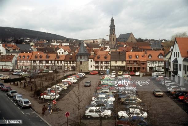 Der Parkplatz Am Untertor in der hessischen Kleinstadt Hofheim im Taunus Im Hintergrund die restaurierte FachwerkHäuserzeile mit Turm der nach 1352...