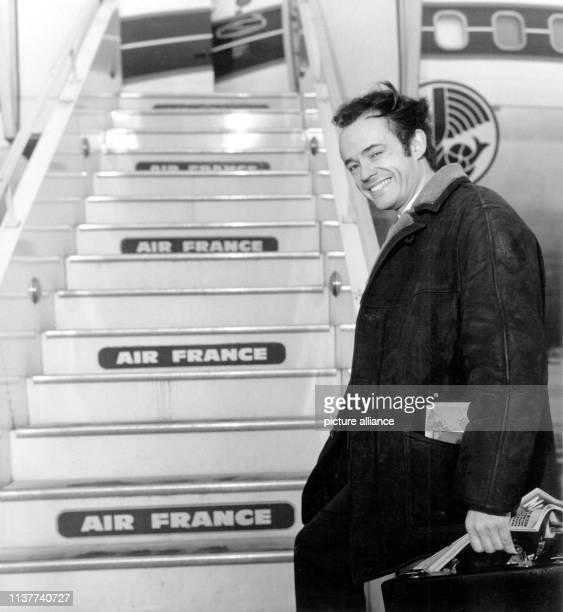 Der Pianist und Orchesterleiter JeanClaude Casadesus besteigt eine Maschine der Air France nach Montreal wo er mehrere Konzerte geben wird   usage...